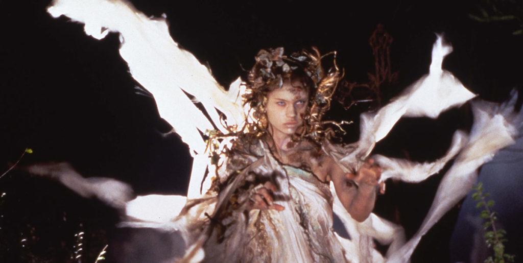 スーパーモデル出身のアンナ・ファルチが、一人三役のファムファタル的ヒロイン役を演じる。
