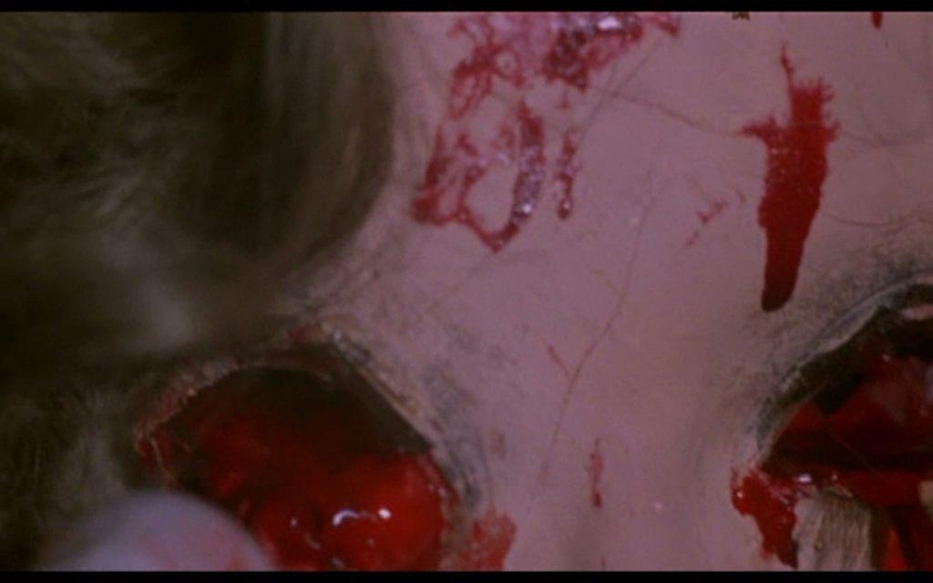 とうとう両目の眼球が内部から押し出されて、飛び出して取れてしまった。美人ヒロインの目玉がこぼれ落ちる壮絶な最期。