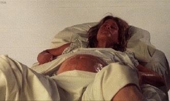 『モンスター・パニック』は、半魚人による女性へのレイプや出産といったショッキングなシーンで悪名高い作品。