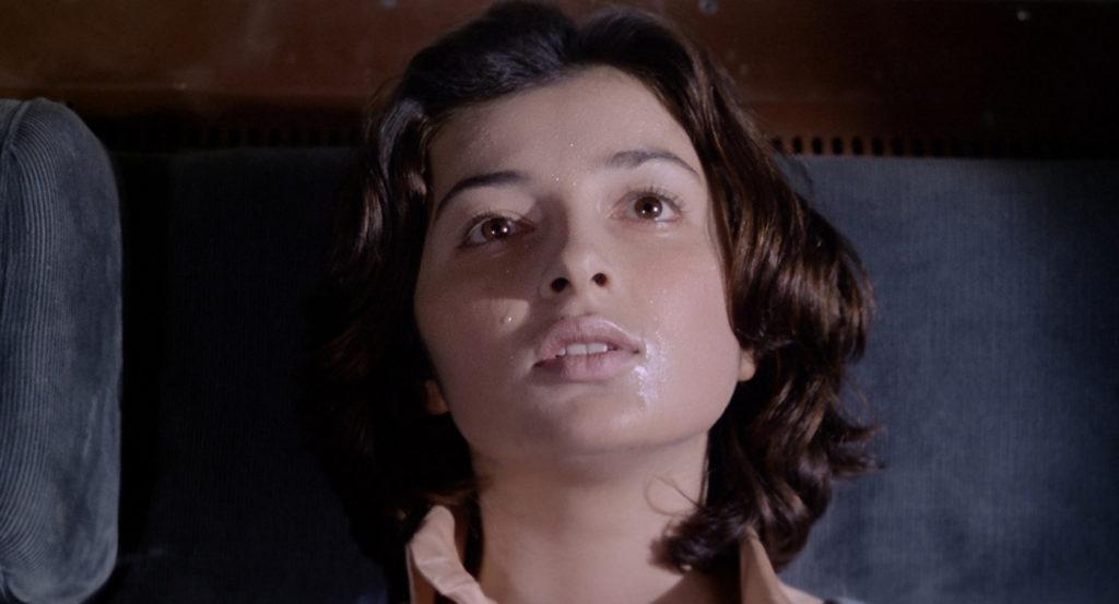 リーザは、処女だったため、チンピラが暴行しようとしてもなかなかウマくいかない。そしてチンピラは驚きの行動に出る。