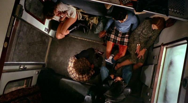 リサは股間を切裂かれ死亡してしまう。それを見ていたマーガレットは下半身裸のまま逃げ出し、走る列車から飛び降りで死亡する。