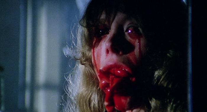 ルチオ・フルチ映画で殺される美女役が多いダニエラ・ドリアが演じるローズ・ケルヴィンが、目から血を流し、口からゲロのように血みどろの内臓を吐き出す。意味不明だが凄まじくグロテスクであり、ホラー史に残る猟奇的な残酷シーンとして語り草になっている。
