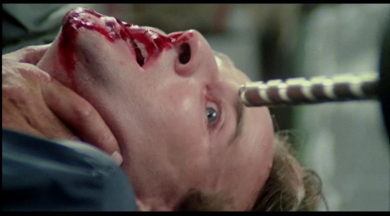 知恵遅れの男が電動ドリルで頭部を貫かれる凄惨な残酷描写。