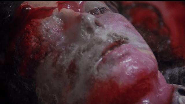 イタリアンホラーの帝王ルチオ・フルチの最高傑作『ビヨンド』の残酷描写の見せ場の一つである「硫酸で顔面が溶ける」シーン。