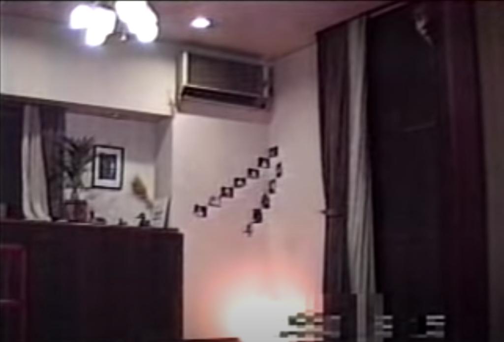 東京都内在住A君からの投稿。A君がジャンプをして消えたその直後に窓から顔がニュルっと出てくる心霊映像。『USO!?ジャパン』の投稿動画の中でもトラウマ級に怖いことで語り継がれている。