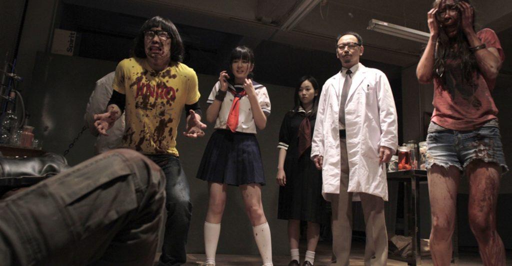 子役時代に出演したNHK教育「天才てれびくん」で知られ、現在は女優・モデルとして活動する中村有沙が、汚物まみれのゾンビと戦う女子高生役を熱演。