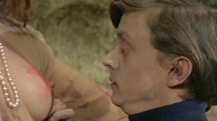 変態親子のラスト、ゾンビになってしまった息子のマイケルに乳首を食いちぎられる圧巻のラスト。