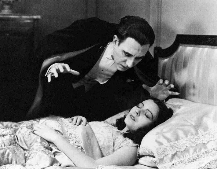 「魔人ドラキュラ」のドラキュラ伯爵を演じるベラ・ルゴシは、ロマンティックで、ヨーロッパの貴族的なマナーを持ち威厳があった。