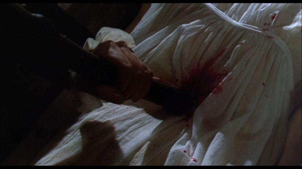 杭を女吸血鬼の心臓に打ち込む。この後に、女吸血鬼の首をはねる生首斬首シーンも描写された。残酷描写が売りとなった。