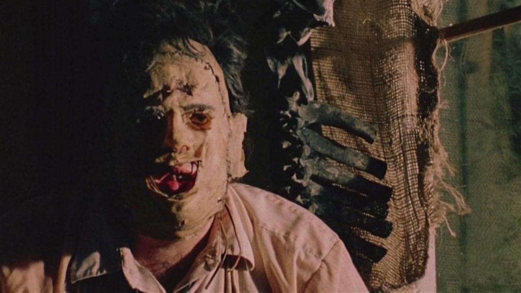 レザーフェイスは、『悪魔のいけにえ』に登場するトラウマキャラクター。本名はババ・ソーヤー。人肉を売りさばく肉屋に産まれた4人兄弟(内2人は双子)の4男。人間の顔面の皮を剥いで作ったマスクを被った大男。先天性の皮膚病と梅毒を患っており、病気により醜くなった自身の素顔を隠すため人皮のマスクを被っている。