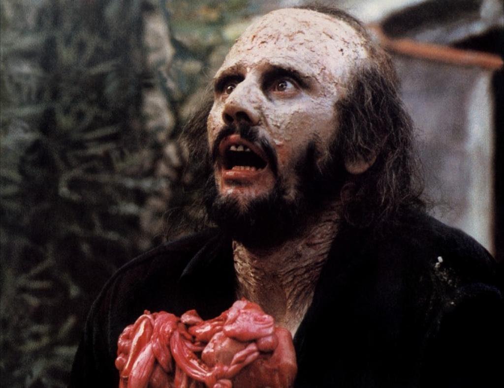 生き残ったジュリーに飛び掛かった食人鬼は、逆にツルハシを下腹に打ち込まれて、溢れ出る自分の内臓に食らいつくと、そのまま倒れた。