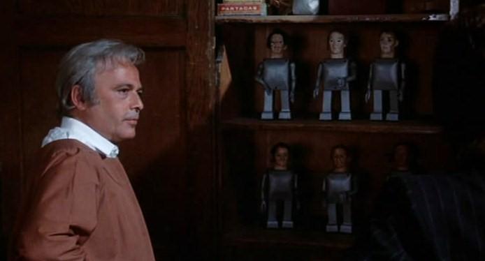 バイロン博士と自称する男は、は、過去の同僚たちの人形を作り続けており、「今作っている最後の人形は自分のものであり、そして、自分はこの人形に乗り移るのだ」と語ります。