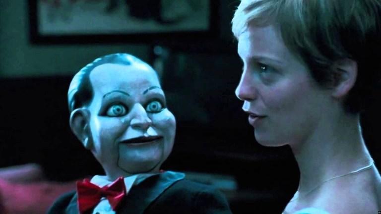 謎の腹話術人形に翻弄(ほんろう)される一家の宿命を描いた人形ホラー。クラシックなホラー映画の雰囲気と悪趣味なテイストで恐怖をあおる。