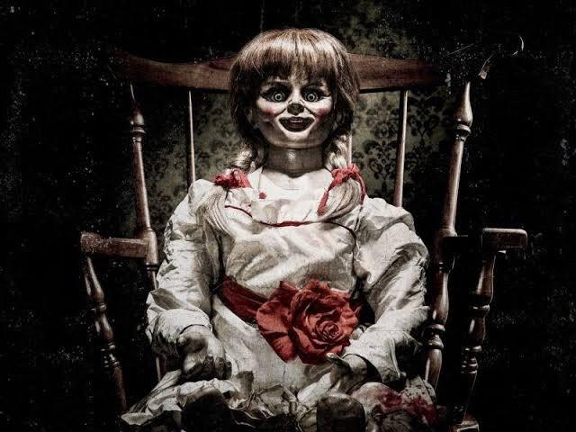 世界中に強烈な恐怖を与えた映画『死霊館』に登場し、強い印象を残したのが呪いの人形アナベル。その前日譚にあたる『アナベル 死霊館の人形』では、アナベル人形を中心に物語が描かれた。