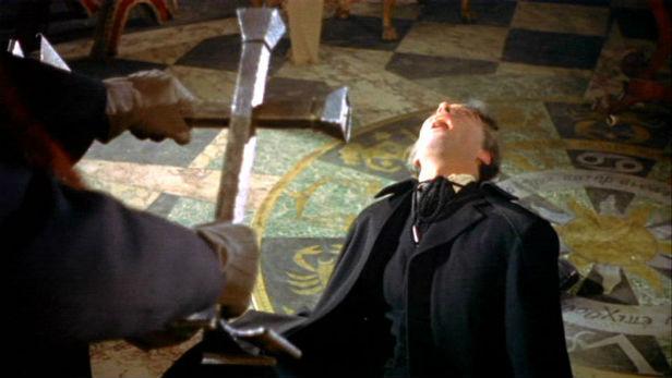 ヘルシングは、ドラキュラを朝の神聖な陽光にさらし、燭台で作った十字架をかざして追い詰めた。ラストの一騎打ちは、当時話題に。