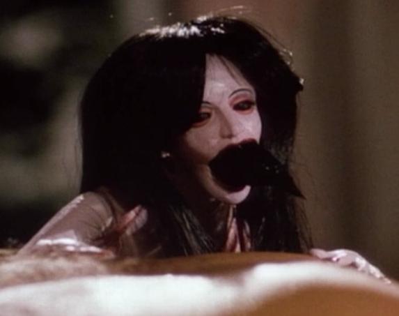ホラー映画「パペットマスター」に登場する殺人人形のひとつ「リーチウーマン」(ディープスローター)は、女性型のパペット。トゥーロンの妻の命が吹き込まれている。 口から蛭を吐いて攻撃する他、ナイフ等も扱う。