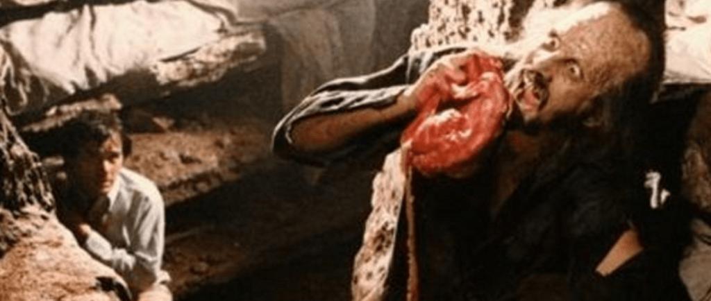 喰人鬼は、マギーの首を絞めて絞殺し、下半身に手を伸ばし、マギーの女性器に手を突っ込んで、まだ産まれる前の血まみれの胎児を掴み出してムシャムシャと喰らい尽くしてしまう。