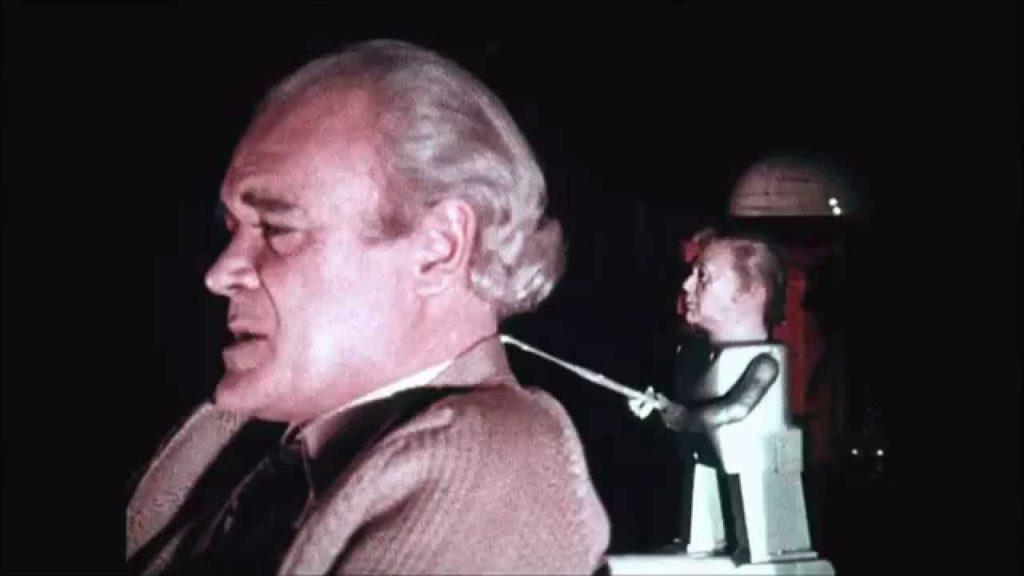 『アサイラム 狂人病棟』第4話「MANNIKINS OF HORROR」には、呪いの殺人人形が登場する。人形ホラーの伝説的な原点、元祖。