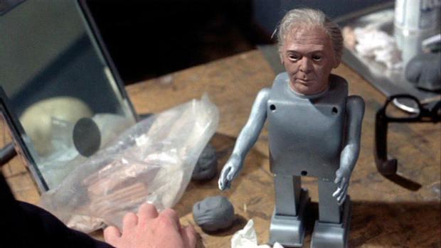 奇妙な人形に魂を込めようとするバイロン博士。自身の顔を模した人形を作る。