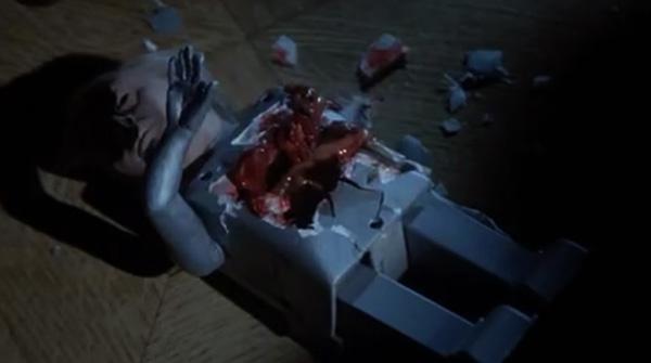 呪いの殺人人形の内部には、なんと内臓がある。人形の体内から内臓がこぼれるトラウマシーンは、今でも伝説として語り継がれているシーン。
