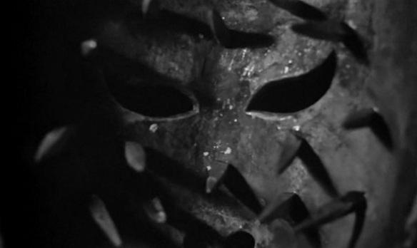 映画冒頭、内側に無数のトゲがあるマスクをアーサ姫(バーバラ・スティール)の顔にかぶせる。