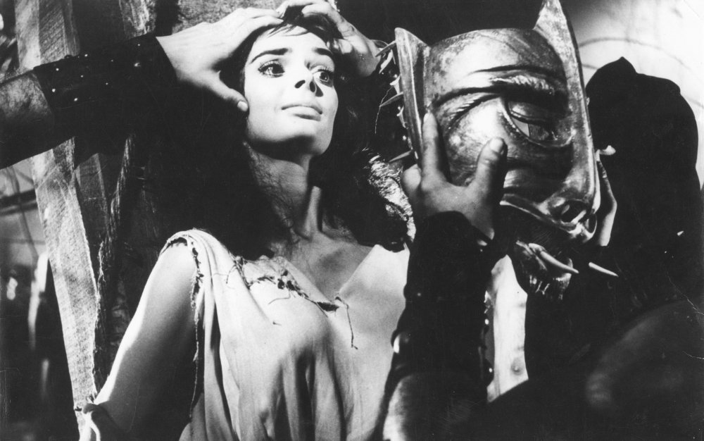 魔女と乙女を演じ分けるバーバラ・スティールはイタリアのホラー・クィーンとなった。どこか暗い陰のある妖艶な美貌は、まさに怪奇幻想・ゴシックホラーのヒロインにうってつけだった。