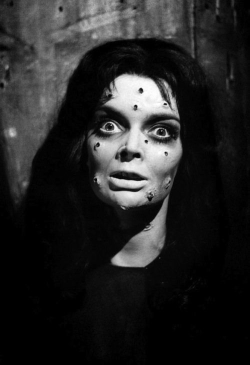 穴だらけの顔で大きな目を見開いたバーバラ・スティールの姿が印象的。