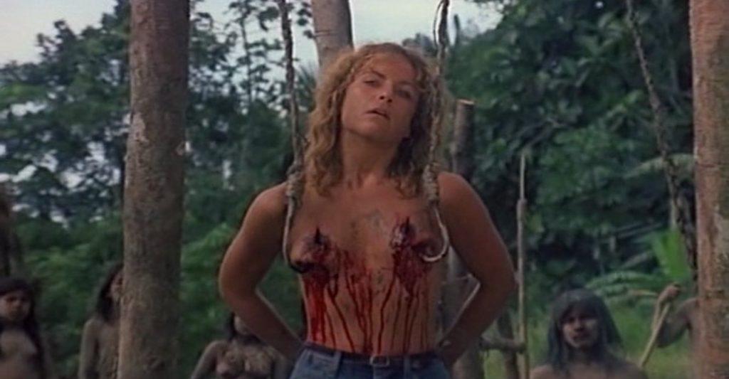 両方の乳房に深々と鉤針を突き刺されたパットは、そのまま宙吊りにされる。やがて息絶えるパット。本作で最も有名な残酷シーン。