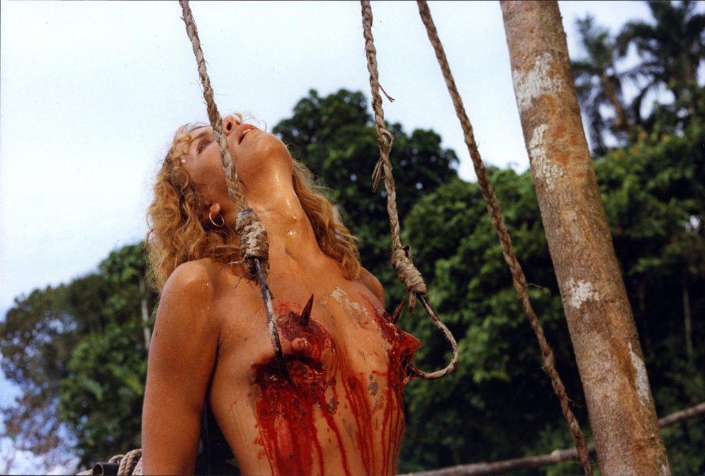 パットは、原住民に引っ張り出され上着を剥ぎ取られ、両方の乳房に鉤針を突き刺される。