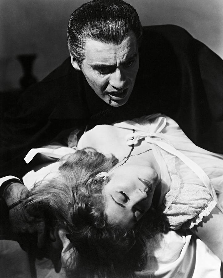 「吸血鬼ドラキュラ」の世界的な大成功によって、ドラキュラ伯爵を演じる「クリストファー・リー」は、ホラー映画史に君臨する名スターになった。