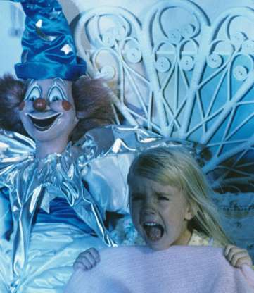 不気味なピエロ人形に襲われるシーンはトラウマを刻み込んだ。