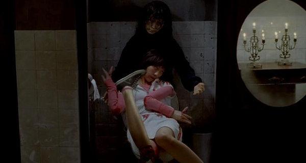 強い怨念を宿した人形が恐るべき惨劇を引き起こす。呪われた人形によって次々と惨殺されていく一方、不気味な人形に秘められた哀しい物語が次第に明かされていく。