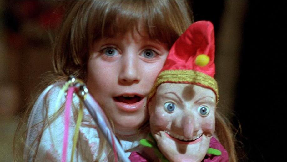 ヒロインに可憐な幼女ジュディ(キャリー・ロレイン)を設定し、子供の視点から超現実的で摩訶不思議な世界を描いた怪異譚である。