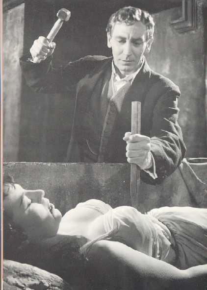 ジョナサン・ハーカーは、棺桶に眠る女吸血鬼の心臓に杭を打つ。心臓に杭を打たれた途端、女吸血鬼は、たちまち老婆になる。こうすることによってのみ、ドラキュラの魔力から女性を解放し、永遠の安息を死体に得させることができる。