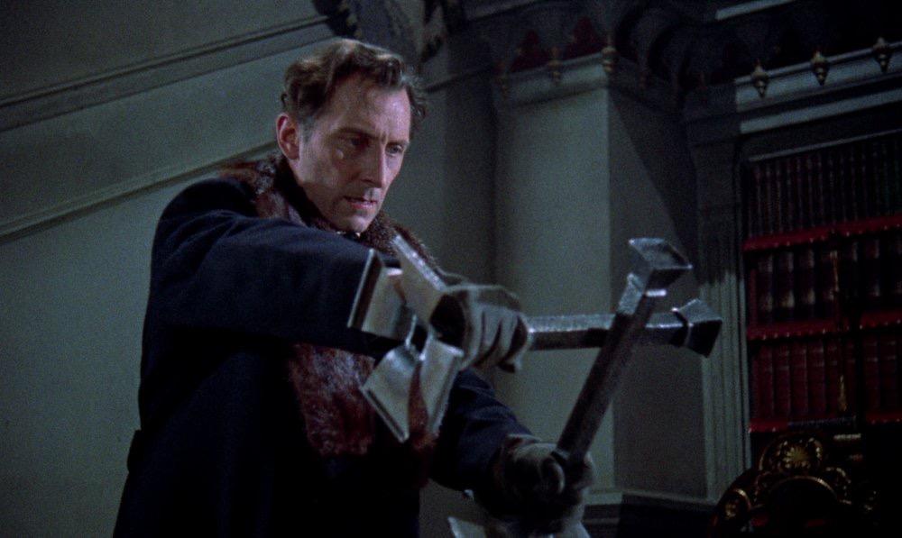 吸血鬼ハンターのヴァン・ヘルシング博士を演じる「ピーター・カッシング」は、その演技力と存在感でクリストファー・リー、ヴィンセント・プライスと共に戦後の三大怪奇スターと称された。