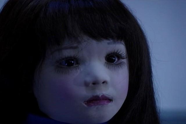 """激しい情念を宿した""""生き人形""""が巻き起こす恐怖! 生き人形のビジュアルが脳に焼き付く。あの顔、あの表情は、確実に見た日の晩の夢に出る。この恐ろしい人形を作り出した時点で、作品は成功している。"""