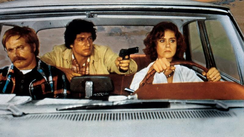 ネバタからロスに戻る途中、イブはヒッチハイクの若い男アダム(デイヴィッド・ヘス)を乗せてしまう。実は、このアダムという男は、警官を2人殺して逃走中の200万ドル強盗の犯人だった。