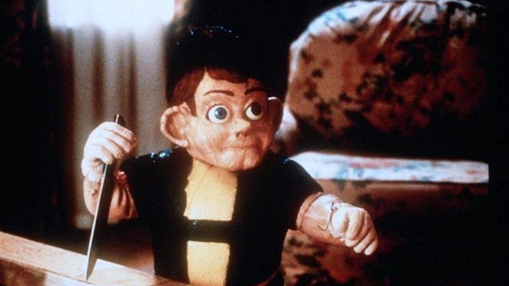 母親の恋人を酸素吸入のコンセントを抜いて殺し、お手伝いの女性を火かき棒で殺し、果ては母親の命まで狙う殺人ピノキオ人形。