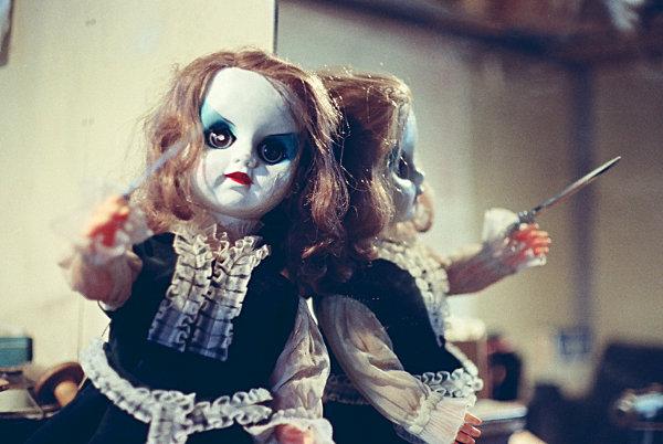 フランス人形がナイフを振りかざして襲ってくる。何者かに操られた殺人人形の物語。