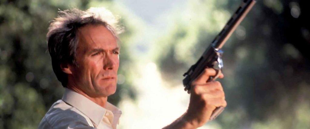 44オートマグを手にしたハリーは、レイプ犯たちを全員撃ち殺す。