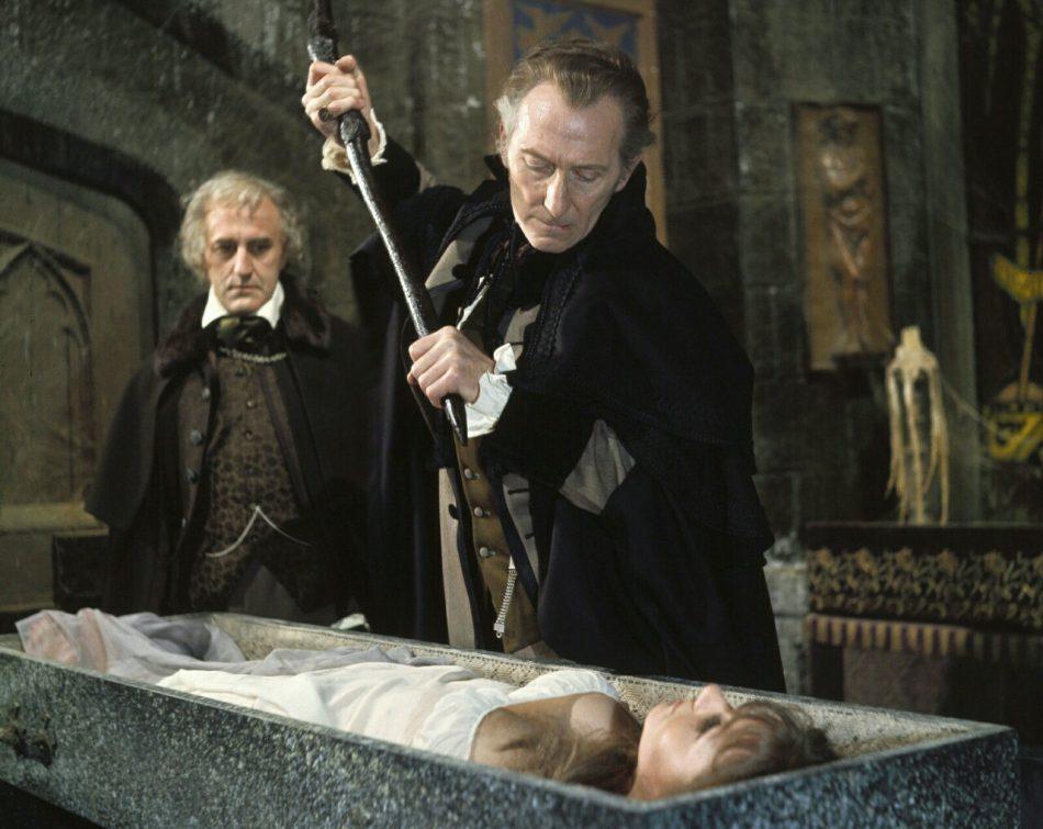 スピルスドルフ将軍(ピーター・カッシング)はかつて吸血鬼を退治したことのある公爵に応援を頼み、姪の仇討ちをはじめる。将軍は、カーミラの眠る墓をあばき、彼女の首をはねるのだった。