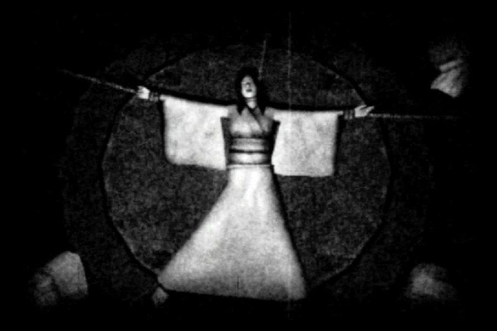 黄泉の門を封じるための儀式である「裂き縄の儀式」。両手首・両足首・首の5箇所に縄をかけられ、神官が同時に引っ張り五肢を裂くという陰惨すぎる儀式。