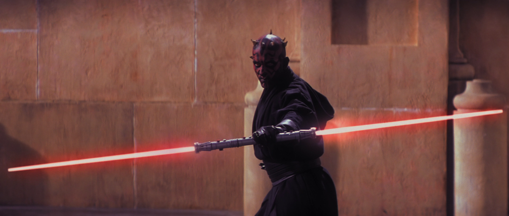 ダース・モールは、恐るべき武器であるダブル=ブレードのライトセーバーを使いこなすようになる(スター・ウォーズ エピソード1/ファントム・メナス)。