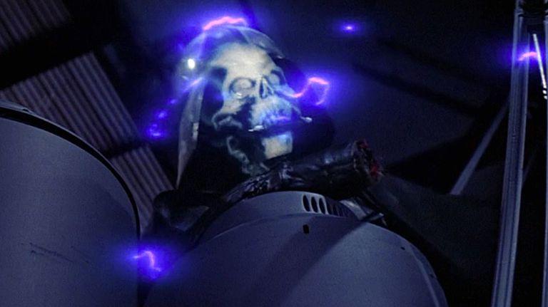 ダース・ベイダーは、皇帝のフォース・ライトニングを受けて生命維持装置を破壊されてしまう。
