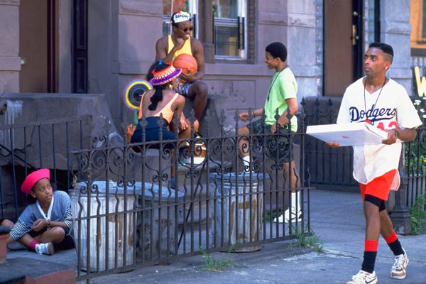 ブルックリンの黒人街スタイヴァサント。その日は、この夏一番暑い日であり、その下でさまざまな人々のドラマが繰り広げられていく。そして、やがて暑さに刺激されたかのように暴動が起き、いつしか街中を巻き込んでの騒動と化していく…。
