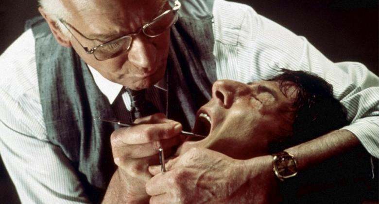 ナチス残党の歯科医のクリスティアン・ゼル博士が、歯にドリルを突き立ててベーブを拷問するという非常に生々しいシーンで有名になった。