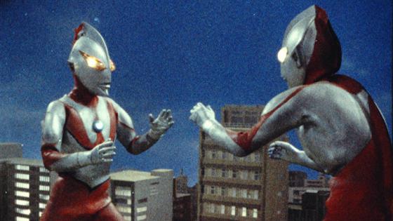 にせウルトラマンの「目が吊り上がっている」、「爪先が尖っている」という特徴は以後の偽者に受け継がれていく。