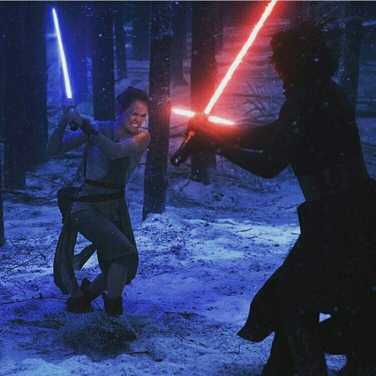 当初苦戦するレイはレンから修行の誘いを受けるが拒絶し、ライトセーバーとフォースを使って彼を倒す。