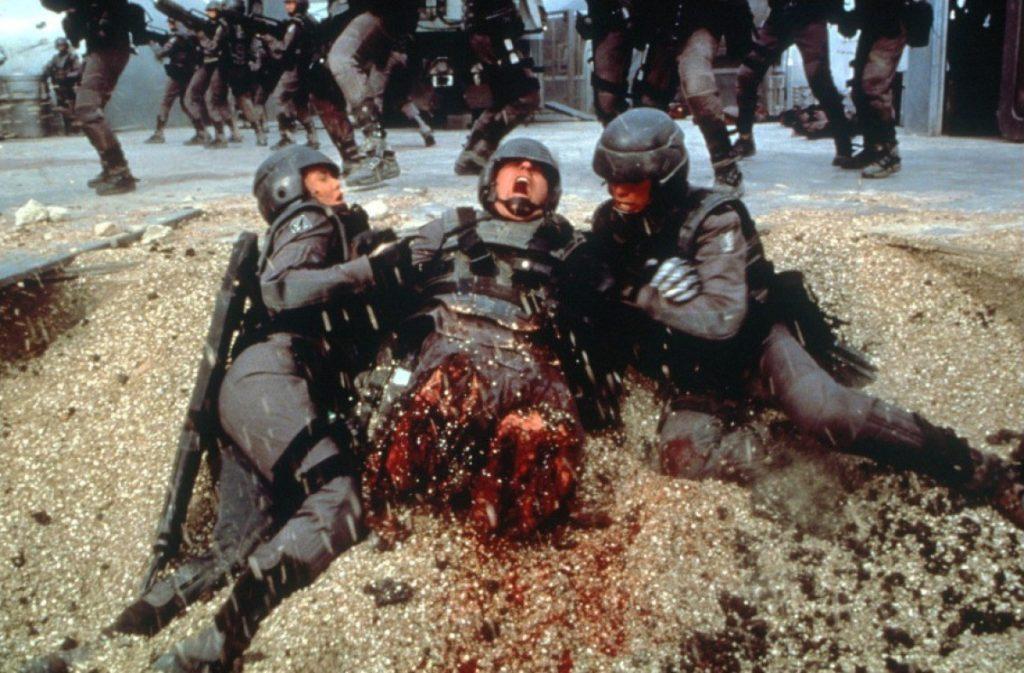 スターシップ・トゥルーパーズは、未来の宇宙を舞台に、異星の昆虫型生物と若き兵士たちの死闘を描いたSF戦争アクション。残酷な人体破壊描写(スプラッター描写)の宝庫となっている。
