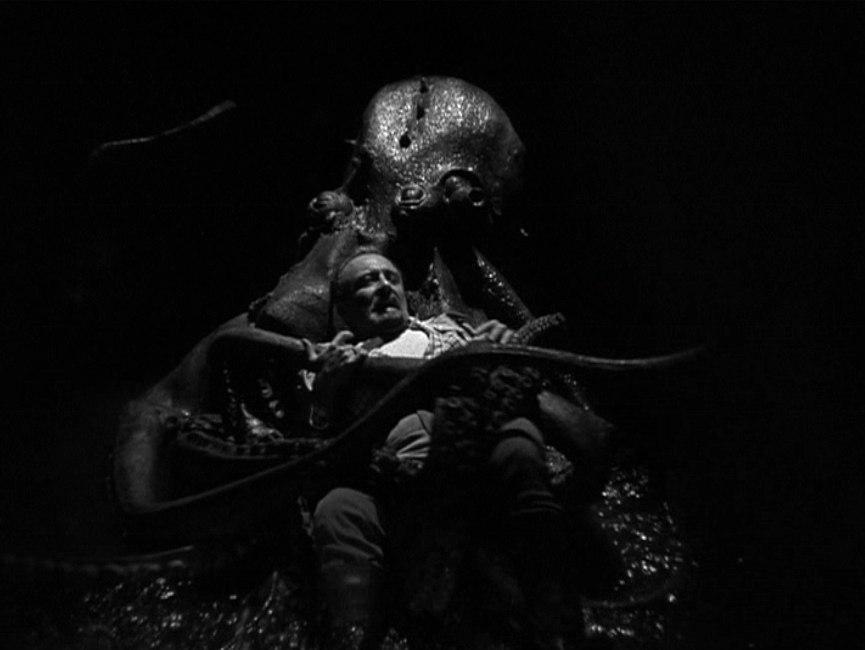ヴォーノフ博士(ベラ・ルゴシ)というマッド・サイエンティストは、自らが造った大ダコと格闘して果てる。